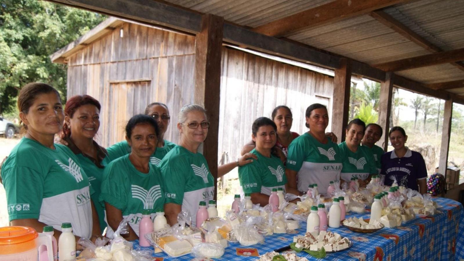 Moradores do assentamento São Pedro recebem curso para produção de queijos
